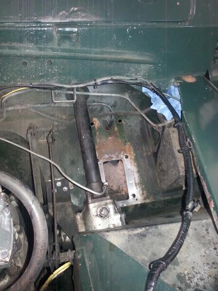 Bremspedalbock, Hauptbremszylinder und Ausgleichsbehälter ausgebaut.