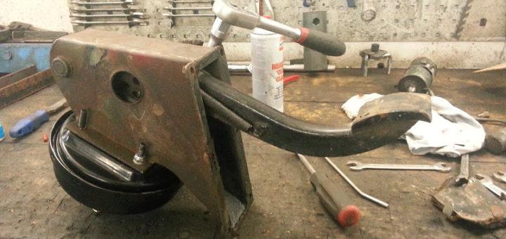 Zusammenbau Pedalbock und Bremskraftverstärker