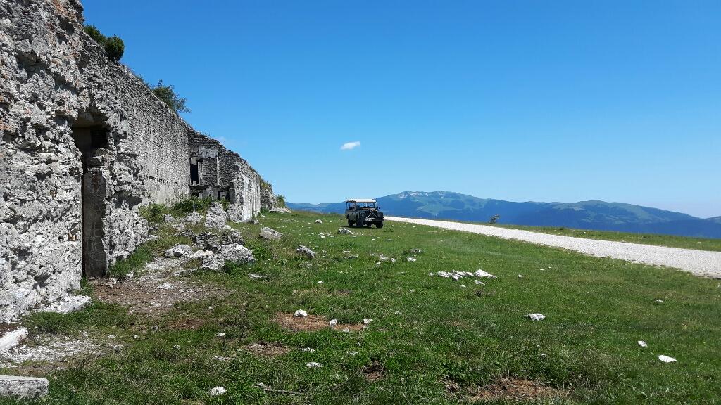 An den Unterkünften des Fort Lisser.