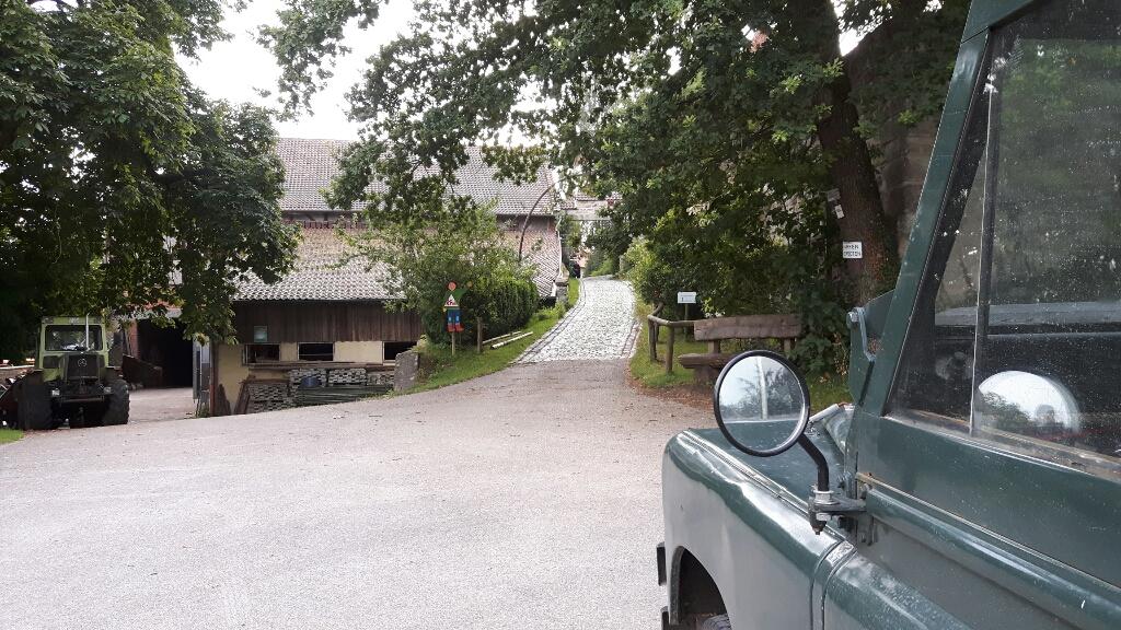 Die Einfahrt zum Biohof.