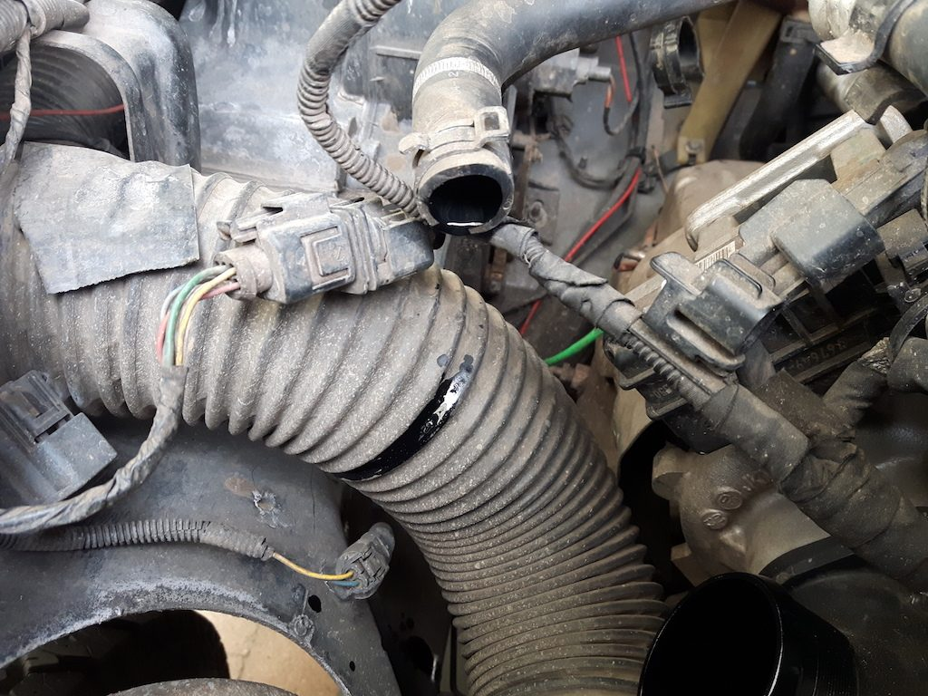 Land Rover Defender Td4 2.2 - Aus dem Entlüftungsschlauch tropft Öl.