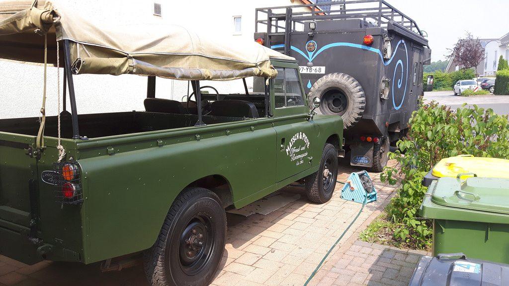 Land Rover Serie IIa - Die Farbe wirkt je nach Blickwinkel und Licht anders.