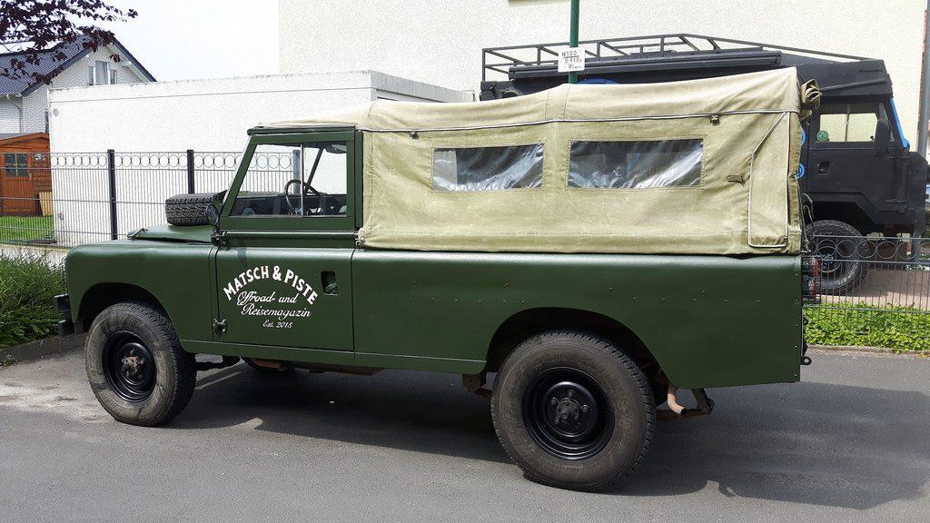 Land Rover Serie IIa - Der irisierende Glanz passt zum Fahrzeug.