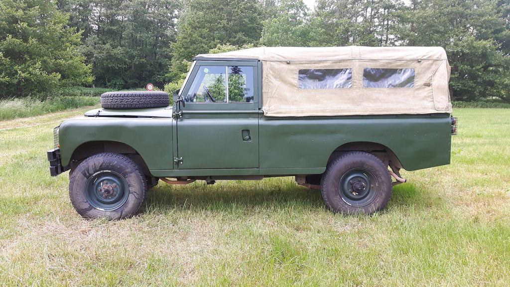 Land Rover Serie IIa - Von der Seite.