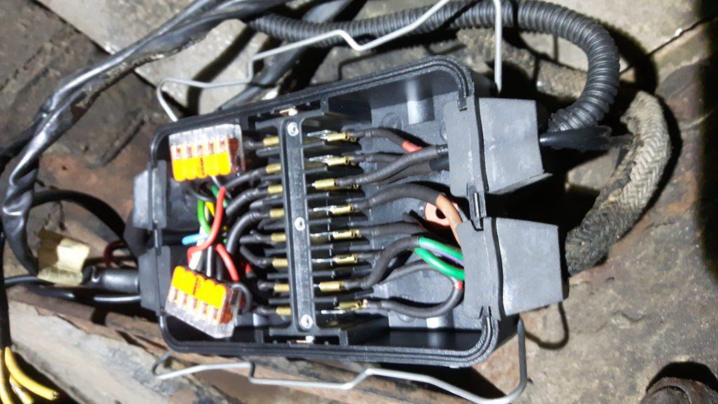 LKW-Verteilerbox mit verlegten Kabeln.