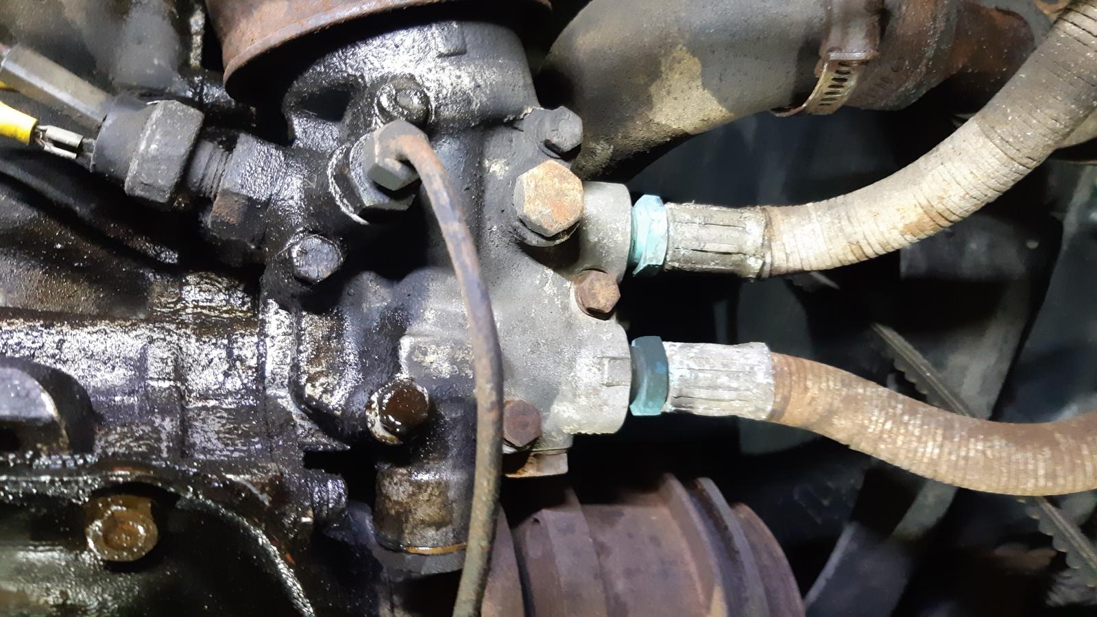 Die Leitungen zum Ölkühler.