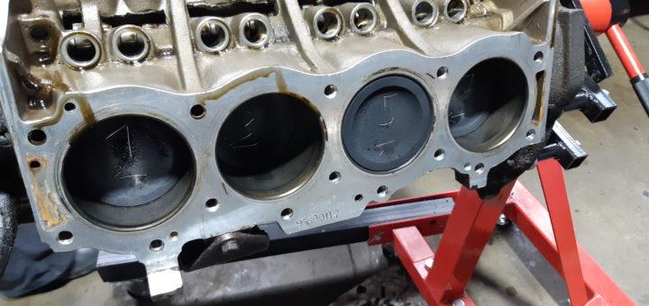 Land Rover 101 FWC - Kolben für die Wiederverwendung markiert.