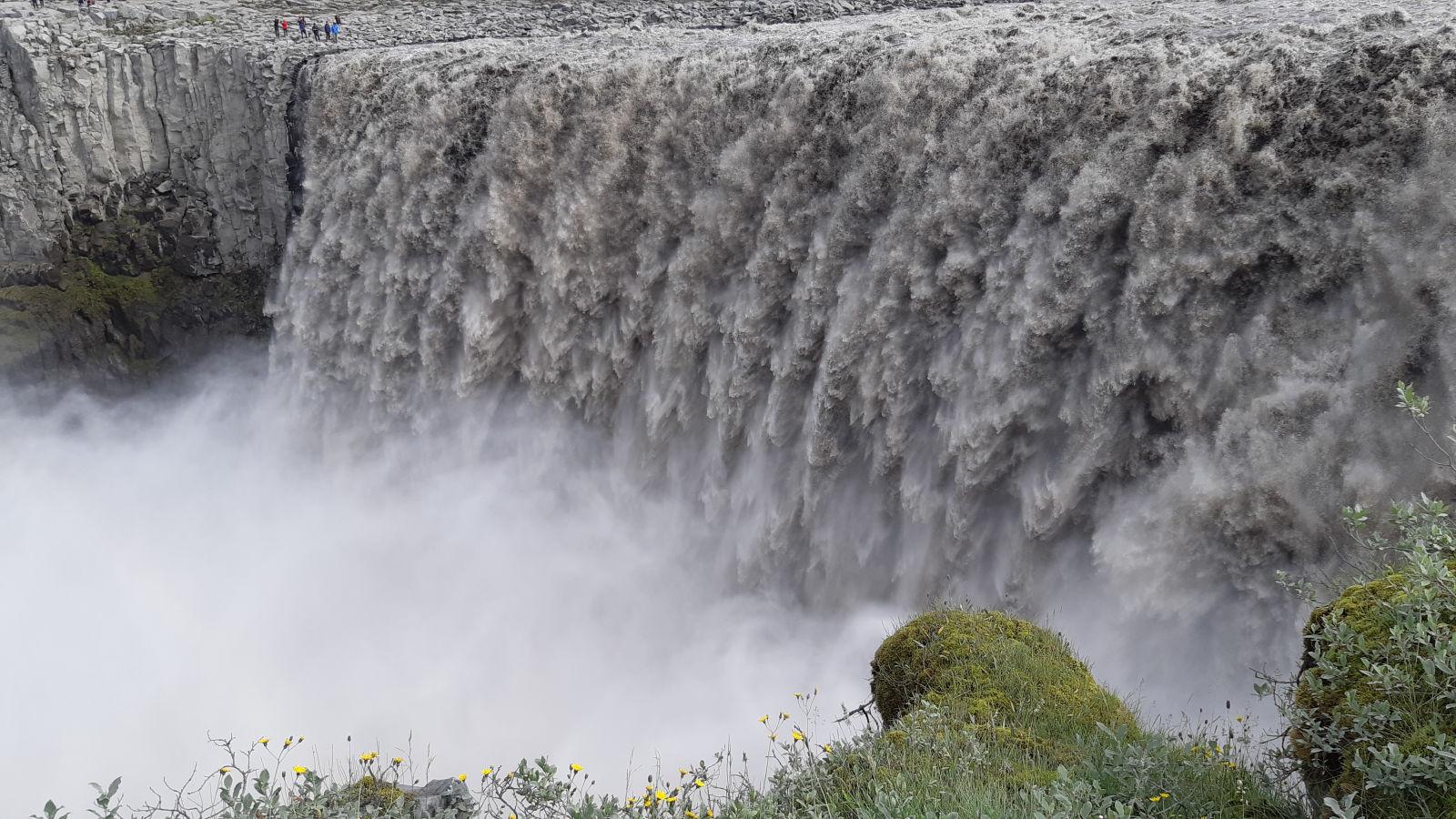 Wasserfall Dettifoss von der Touristenseite.