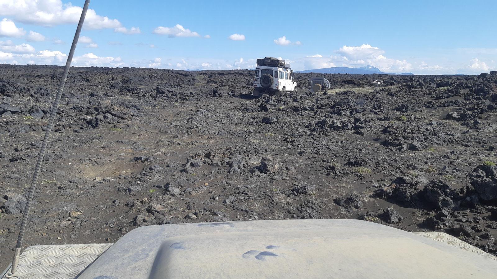 Pisten durch Lavafelder.