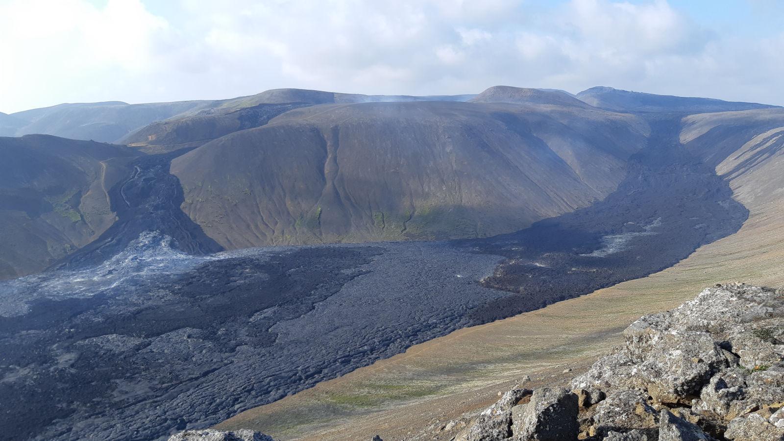 Krater mit Lavaausbrüchen.