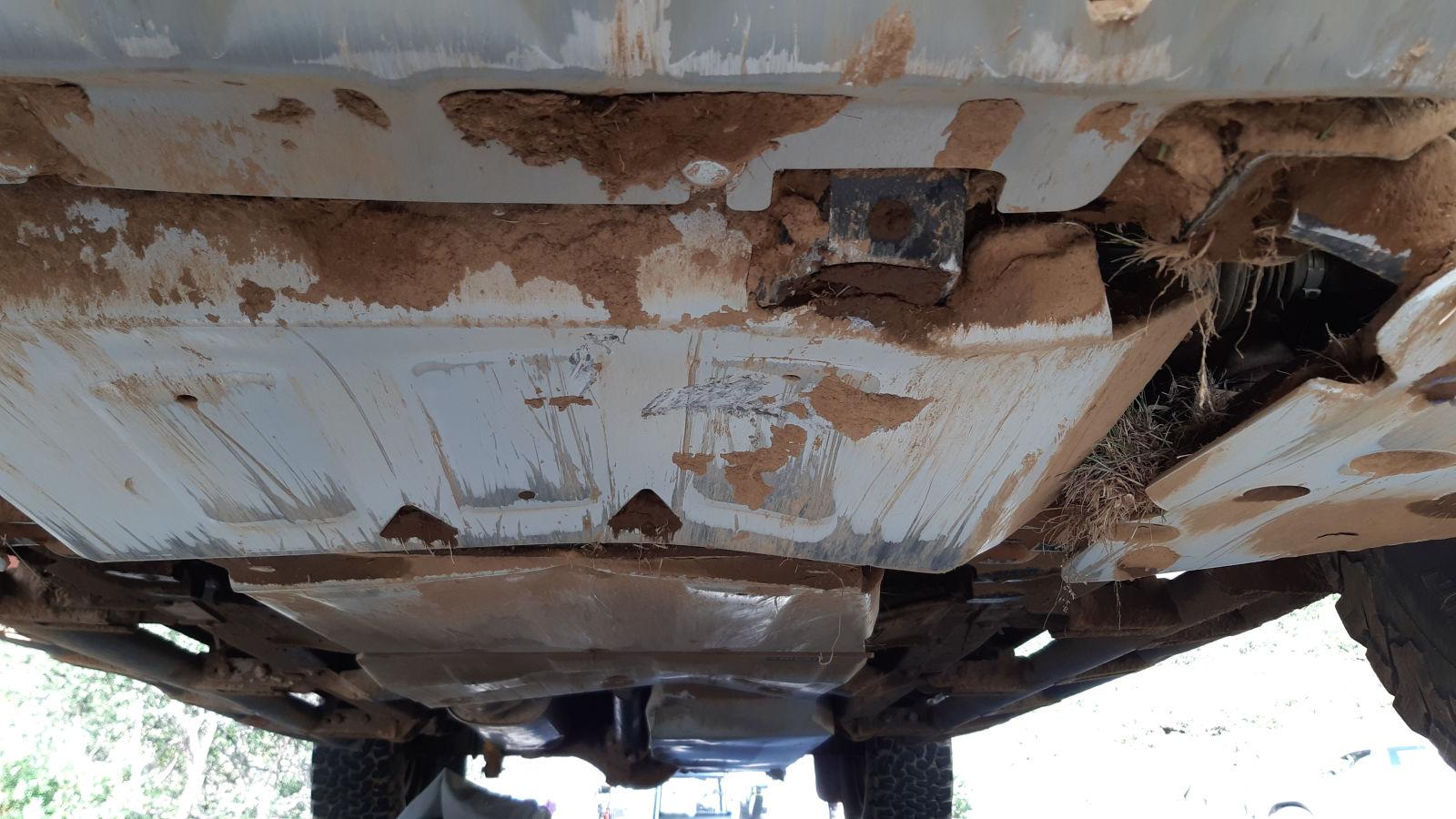 Der Stein hinterließ unter dem Fahrzeug SPuren.