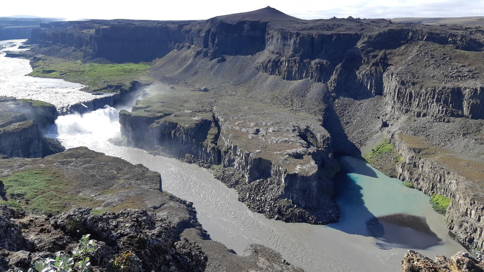 Schwarze Vulkanhinterlassenschaften und viel, viel Wasser prägen Island...